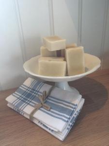 """""""Bare Såpe"""", fra Conditoriet er den perfekte såpe til de minste. Her er det ingen dufttilsetning og  såpen er veldig mild og skånsom mot huden.  Inneholder, olivenolje, kokosolje, sheasmør og kakaosmør."""